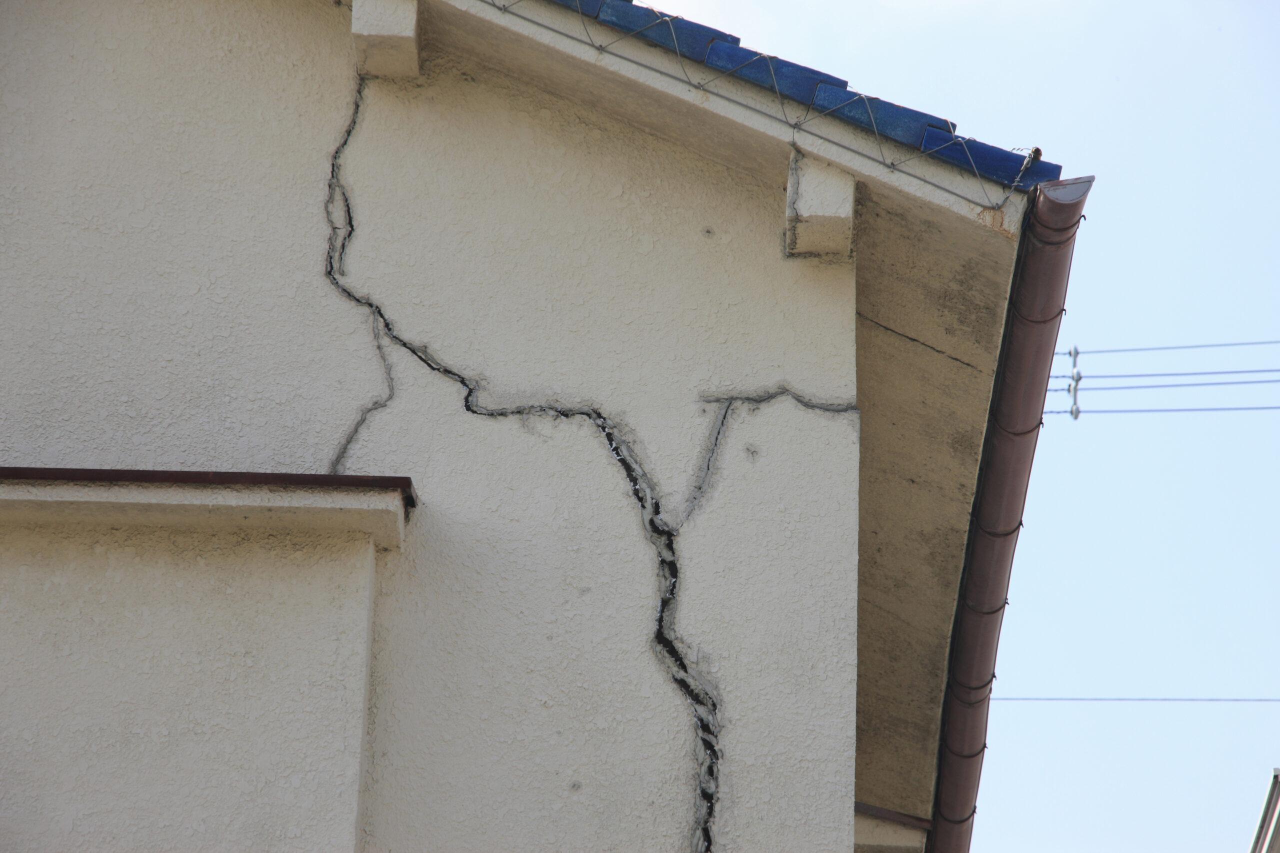 ひび割れした壁