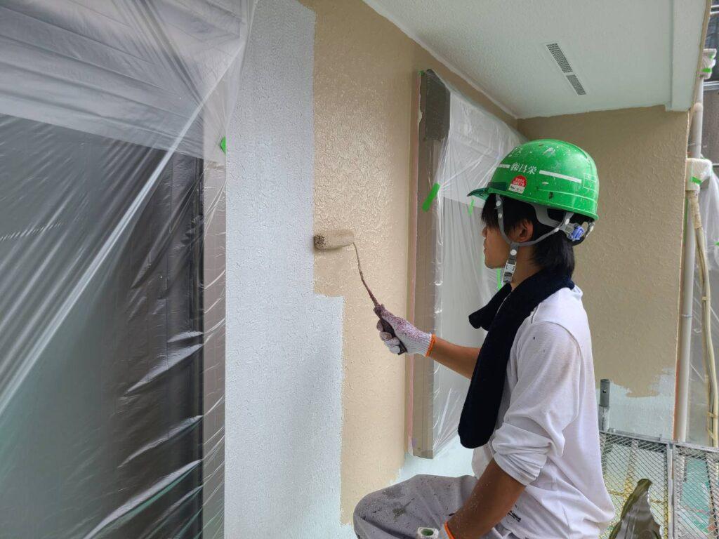 外壁中塗り施工中