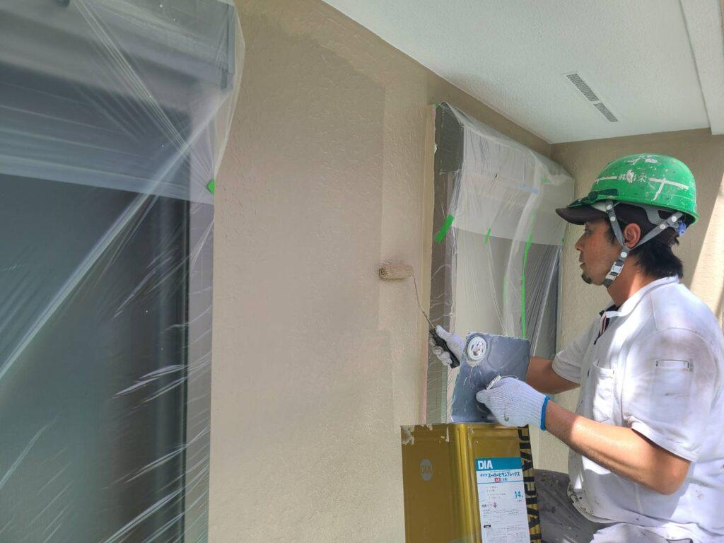 外壁上塗り施工中