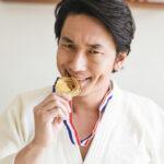 金メダルを噛む