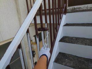 鉄骨階段上塗り施工中